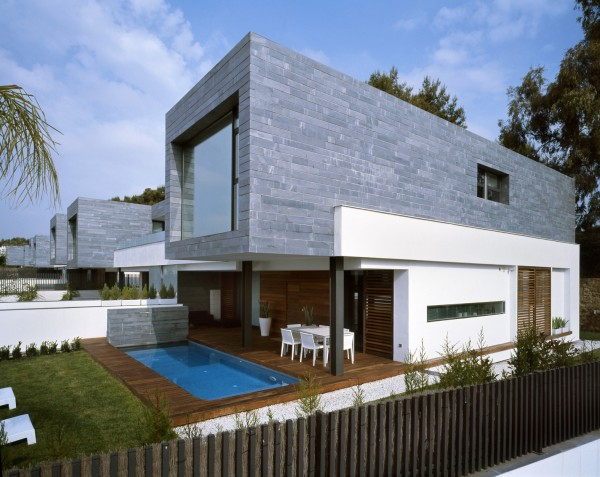 casa_exterior_madera_piscina_moderna_piedra